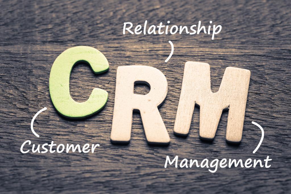 Palavras C R M com uma seta em cada descrecvendo seu signignificado: C de Custumer, R de Relantionship e M de management referente ao artigo Re-Estruturação comercial: como um sistema de CRM e processos podem melhorar seu problema de vendas?